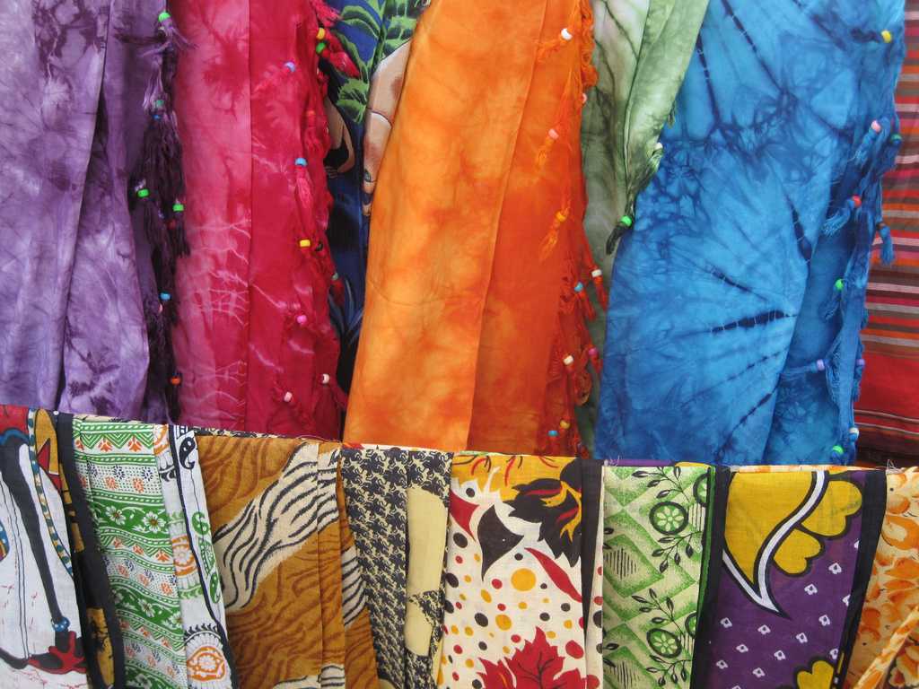 10 easy ways to tie a sarong - a Travelling Homebody travelling light tip.